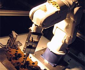 シェル中子バリ取り装置AA101運転イメージ画像